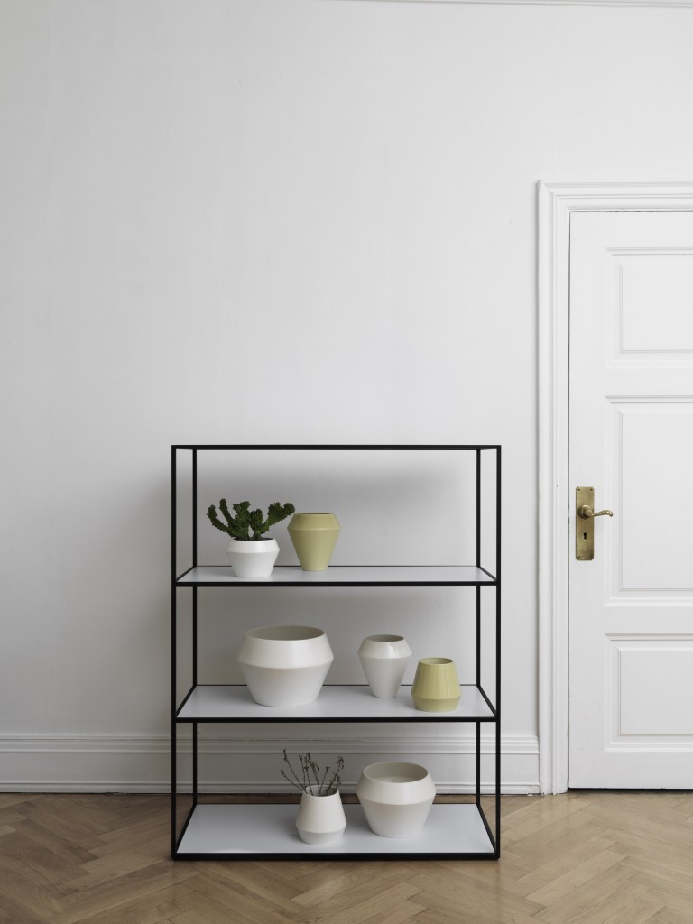 byLassen_design_Twin Bookcase_Black_Rimm_Vase_Flowerpot_Lifestyle_iglooo