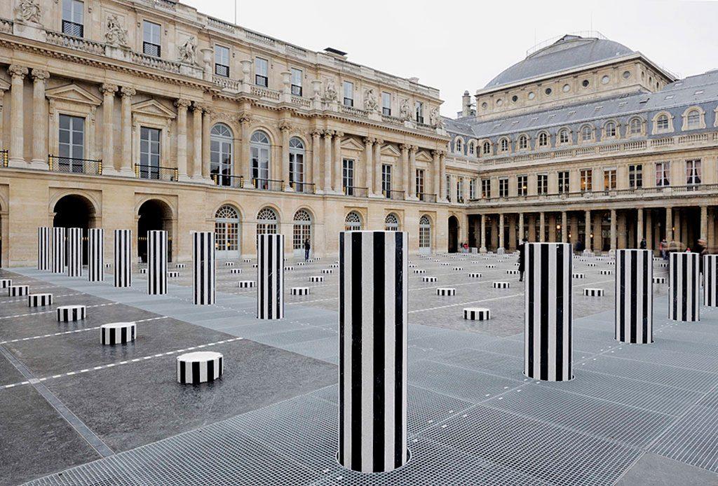 """Daniel Buren, """"Les Deux Plateaux, sculpture permanente in situ, cour d'honneur du Palais-Royal, Paris, 1985-1986. Détail. © DB-ADAGP Paris e Daniel Buren"""